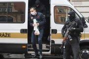 Eskorta privádza člena seredského drogového gangu  na Špecializovaný trestný súd (ŠTS) 28. septembra 2020 v Banskej Bystrici.