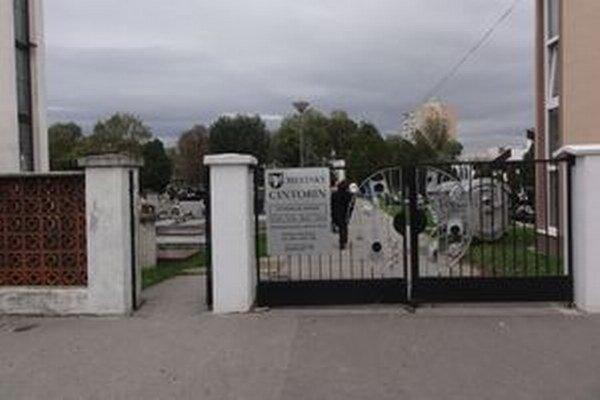 Kapacita mestského cintorína v Šali sa znižuje. Mesto muselo nájsť miesto pre nový cintorín.