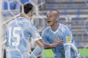 Na snímke gólová radosť hráčov Slovana, vľavo strelec gólu Dávid Strelec a vpravo Vladimír Weiss.