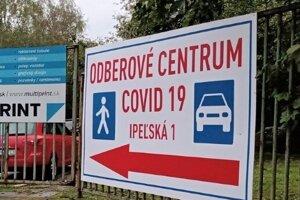 Covid nápoveda na informačných tabuliach navedie ľudí na testovanie v novom odberovom mieste otvorenom na Ipeľskej ulici v Košiciach.