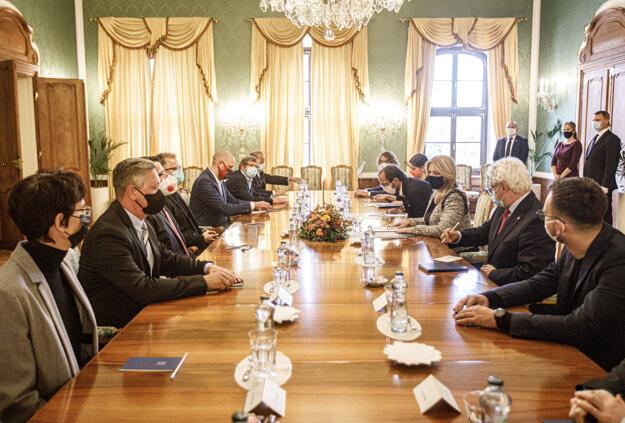 Prezidentka Zuzana Čaputová (tretia sprava) prijala predstaviteľov kultúrnej obce, kreatívneho priemyslu a športu. Dôvodom je situácia spôsobená pandémiou koronavírusu.