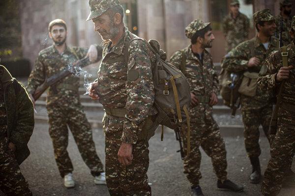 Arménski dobrovoľníci počas vyzbrojovania.