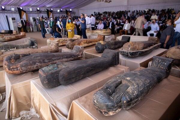Medzi cennými nálezmi bolo 59 uzavretých sarkofágov s múmiami, pričom niektoré z nich boli staršie viac než 2600 rokov.