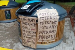 Takto vyzerala jedna zo smetných nádob na Prednádraží.
