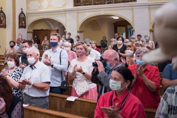 Vystúpenie Miešaného speváckeho zboru Kysuca v letných mesiacoch za účasti divákov v rúškach
