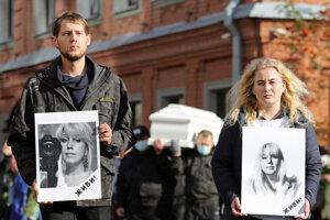 Deti novinárky Iriny Slaviny sa účastnia jej pamiatky po tom, ako sa na protest upálila pred pobočkou ruského ministerstva vnútra.