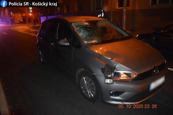 Auto je zdemolované, chodec ťažko zranený.