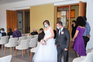 Rúška na svadbe sú povinné.