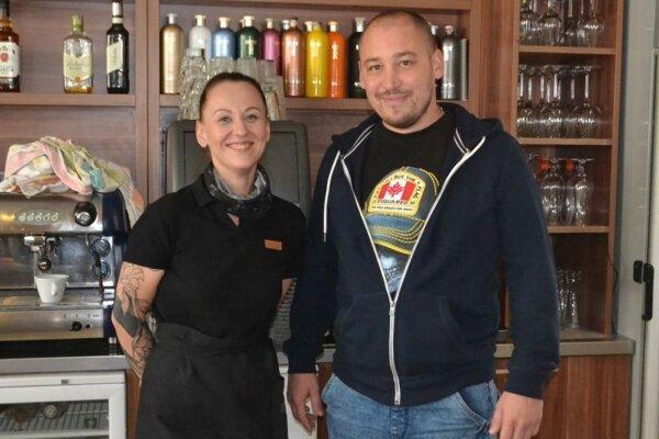 Mário Danko, majiteľ Alizé Bari v Rimavskej Sobote a zamestnankyňa podniku.