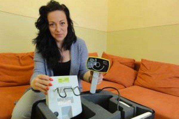 Petra Ajdariová s prístrojom, ktorý deťom zmeria zrak za pár sekúnd.