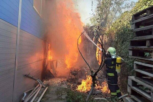 Požiar hasili hasiči z dvoch staníc.