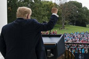 Prezident Trump pozdravil svojich podporovateľov.