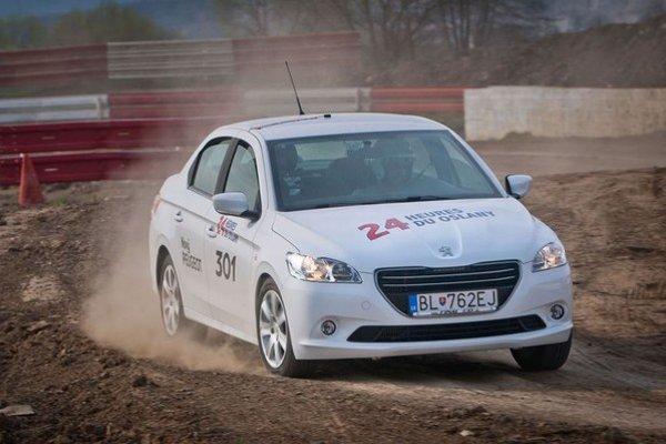 Jedinou úpravou na skúšanom Peugeote 301 boli samolepky.