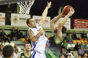 Nitran Kysela sa snaží zabrániť strele Miljkovičovi.