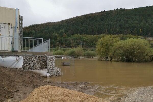 Voda rieky Hornád okolo štátnej školy v Richnave.