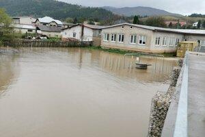Voda okolo školy.