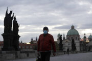 Prázdny Karlov most v historickom centre Prahy 8. októbra.