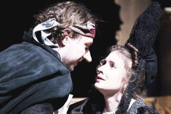 Marián Viskup ako Cyrano a Jana Kovalčíková ako Roxana.