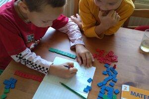 Aj keď majú deti zvládnuť doma povinné učivo, môžu sa ho učiť formou, aká im vyhovuje a ktorá ich baví.