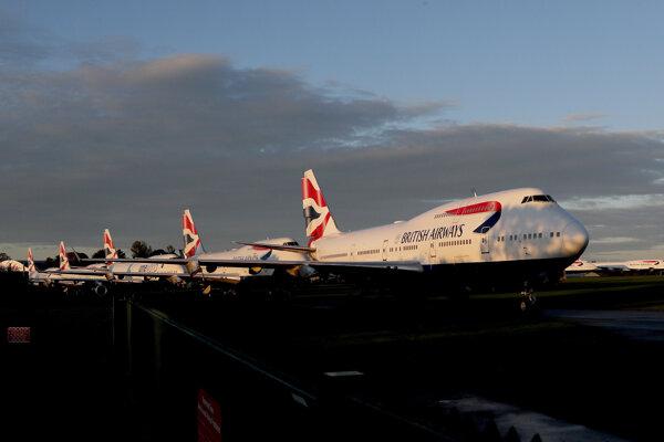 Na archívnej snímke z 11. októbra 2020 lietadlá britskej leteckej spoločnosti British Airways parkujú na letisku v Kemble.