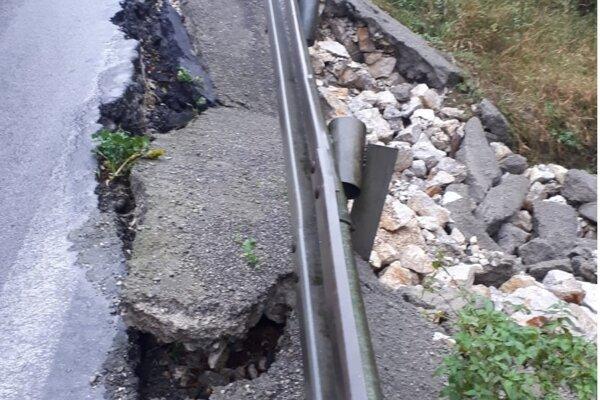 Utrhnutá krajnica v Bánovciach nad Bebravou.