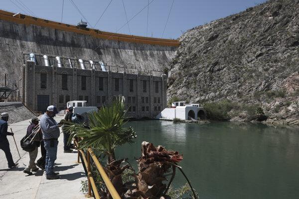 Mexickú priehradu La Boquilla už vyše mesiaca okupujú miestni farmári. Do USA podľa nich posielajú príliš veľa vody.