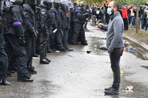 Zásah polície proti protestu.
