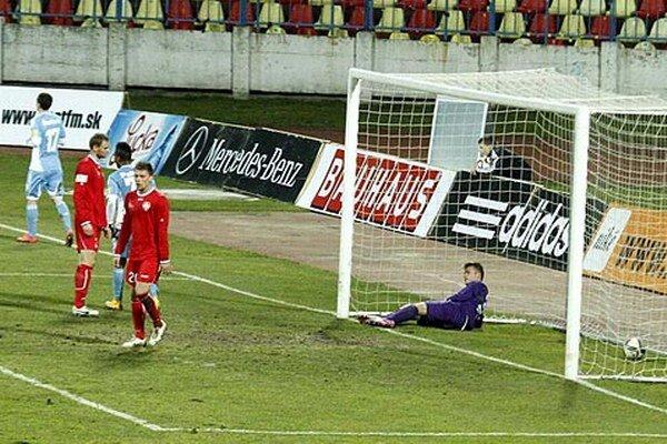 Nitrianske zadné rady po obrátke nevedeli odolať tlaku Slovanu, Patrik Hipp inkasoval päťkrát.