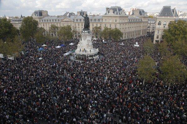 Davy ľudí na námestí Republiky v Paríži.