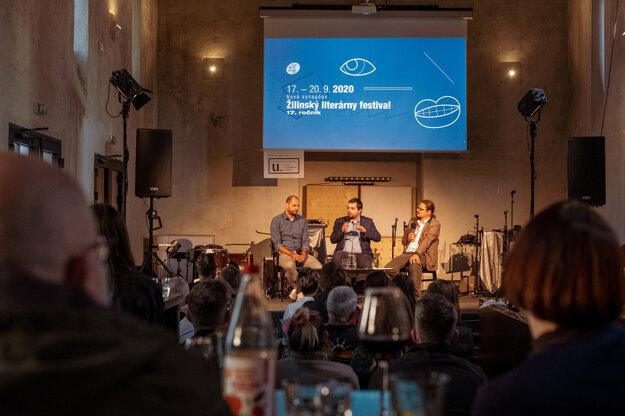 Adam Buchta nedávno moderoval diskusiu na Žilinskom literárnom festivale