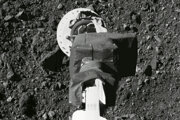 Na snímke z 11. augusta 2020 robotické rameno kozmickej lode amerického Národného úradu pre letectvo a vesmír (NASA) Osiris-Rex počas skúšky odberu vzoriek z asteroidu Bennu.