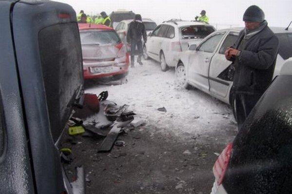 Na R1 sa zrazilo približne tridsať áut.