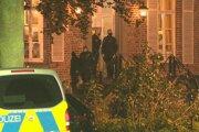 Na pozemku, ktorý v súčasnosti patrí eventovej firme, objavili vyšetrovatelia okrem zadržiavanej 25-ročnej ženy ďalších 54 ľudí vrátane desiatich detí.