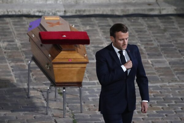 Macron pri rakve zavraždeného učiteľa.