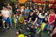 Na takéto športové podujatia vposilňovniach si budú musieť aj mladí siláci nejaký čas počkať.