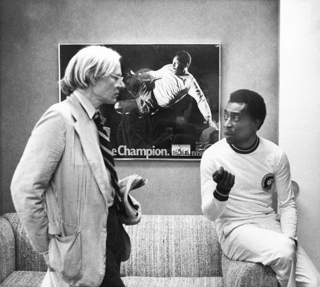 Na archívnej snímke z 26. júla 1977 Andy Warhol a brazílsky futbalista Pelé hovoria o portréte po tom, čo bol Warhol poverený vyrobiť sériu portrétov atletických hviezd.