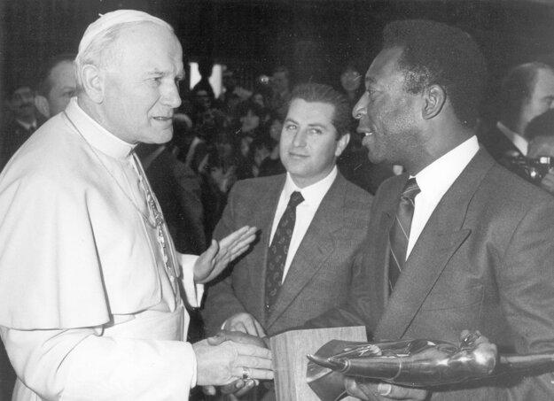 Na archívnej snímke z 18. marca 1987 pápež Ján Pavol II. a bývalý brazílsky futbalista Pelé počas súkromnej audiencie vo Vatikáne.