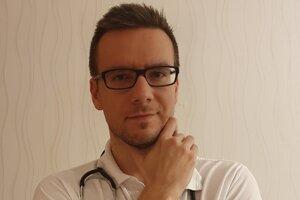 Internista v nemeckom meste Chemnitz a člen skupiny Lovci šarlatáni, ktorá sa usiluje vyvracať mýty a bludy v medicíne, Roland Oravský.
