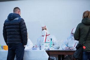 Premiér Igor Matovič pomáha priamo v odbernom tíme v Tvrdošíne.