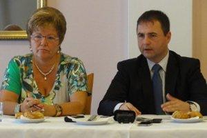 Okresný šéf Smeru v Zlatých Moravciach Marián Kéry s neúspešnou kandidátkou na primátorku za Smer-KDH-SNS Martou Eckhardtovou. Kérymu stále hrozí odvolanie za fiasko vo voľbách.