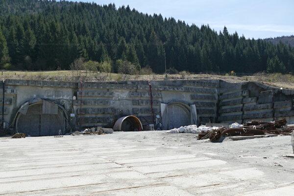 Práce na tuneli momentálne stoja.