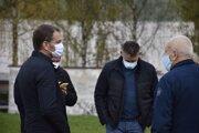 Premiér Igor Matovič (vľavo) a minister vnútra Roman Mikulec počas sobotňajšej návštevy Tvrdošína.