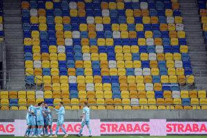 Futbalisti Slovana sa radujú po góle.