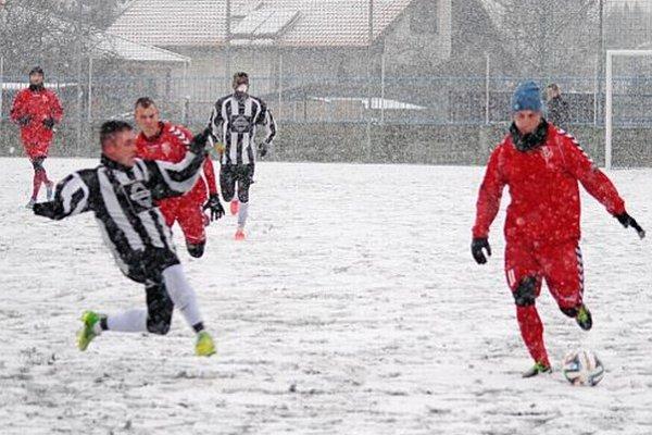 Susedské derby druholigistu s lídrom IV. ligy sa hralo za stáleho sneženia.