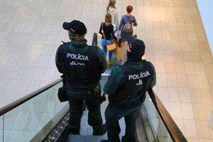 Na opatrenia dohliada polícia.