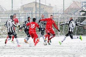 Tri skrátené zápasy sa odohrali v sobotu večer v Seredi. Snímka je zo stretnutia dospelých Sereď - Galanta, ktoré sa hralo v sobotu ráno.