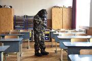 Maďarský vojak dezinfikuje priestory školy v Szolnoku.