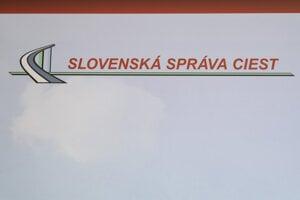 Tabuľa v budove, v ktorej sídli Slovenská správa ciest na Miletičovej ulici v Bratislave.