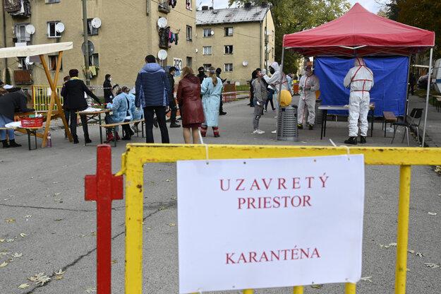 Koronavírus na Slovensku: Testovanie obyvateľov na nový koronavírus 27. októbra 2020 v Bánovciach nad Bebravou.