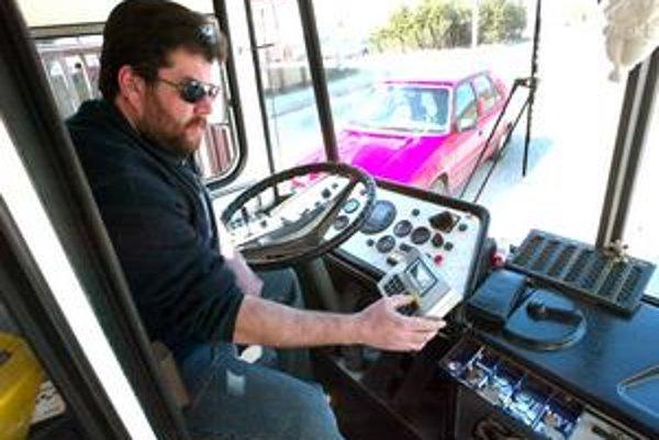 Autobusoví dopravcovia už používajú záznamníky, ktoré počas jazdy zapisujú niektoré dáta.